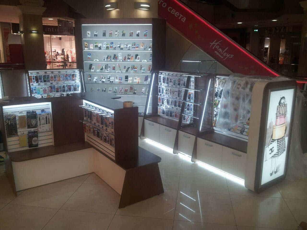 Завершен монтаж торговой мебели под аксессуары для телефонов в ТЦ «Европейский»