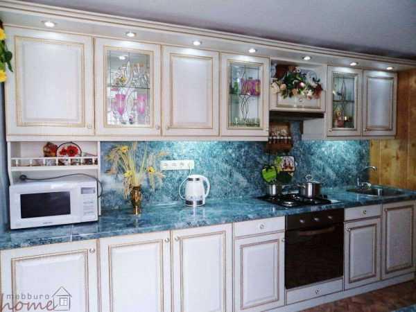 Кухня «Белая с золотой патиной»
