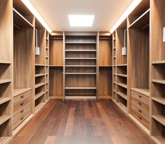 Шкаф в гардеробной комнате